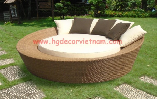 Round wicker sunbed