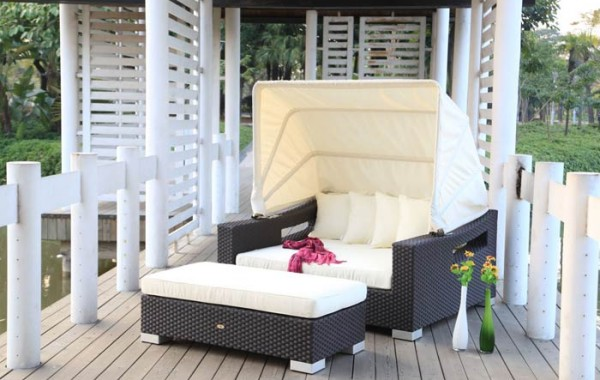 Wicker sunbed with canopy